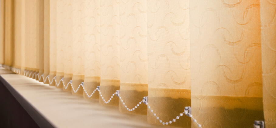 Cleaning vertical blinds at home